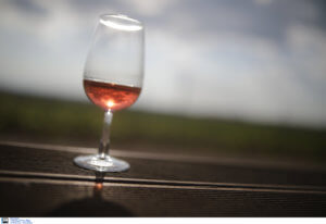 Έμεινε 27 ώρες κλεισμένη σε ένα ασανσέρ – Επέζησε πίνοντας κρασί!