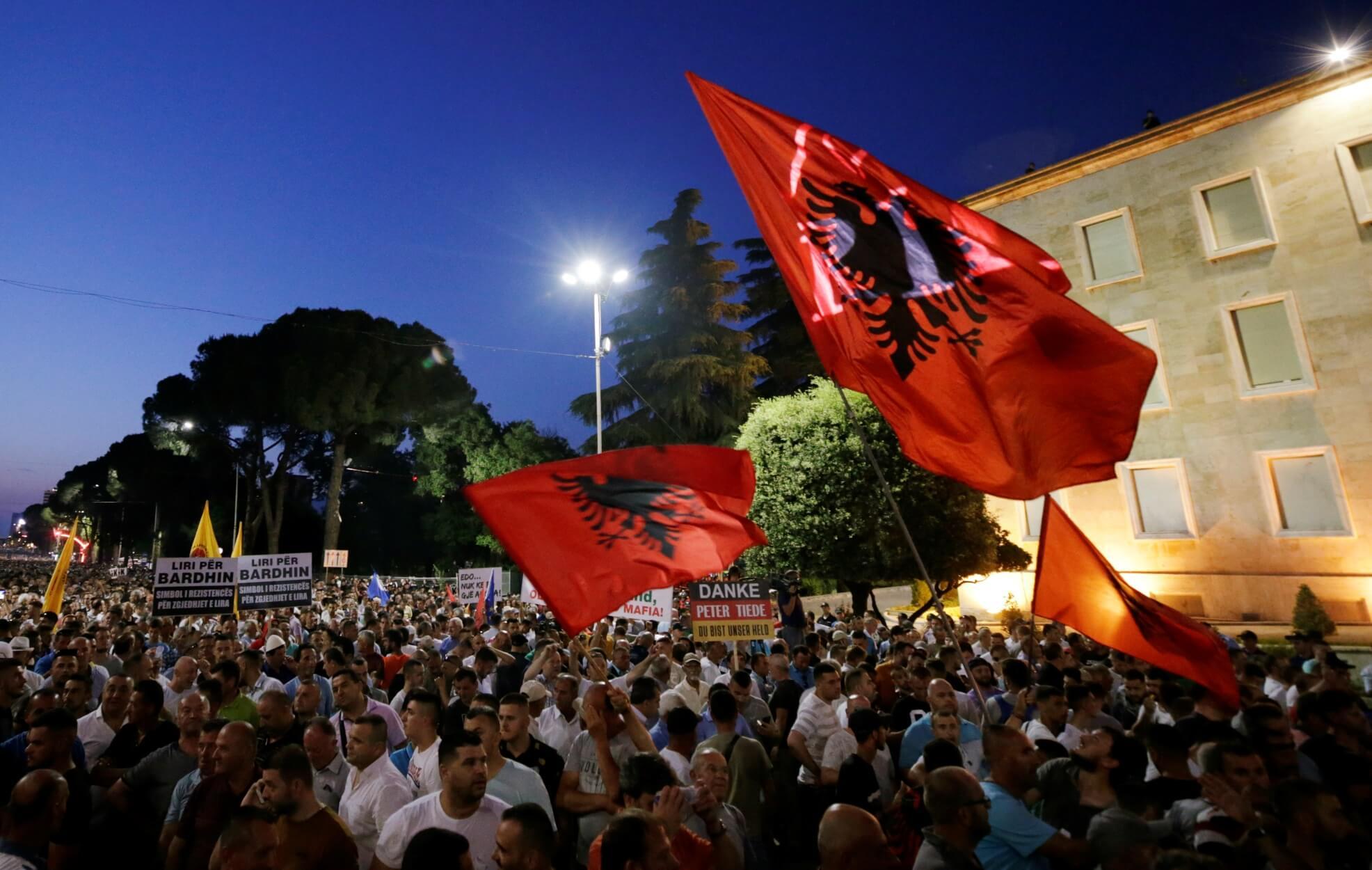 Αλβανία: Πυρπολημένα εκλογικά κέντρα και ταραχές λίγες ώρες πριν τις δημοτικές εκλογές της Κυριακής!