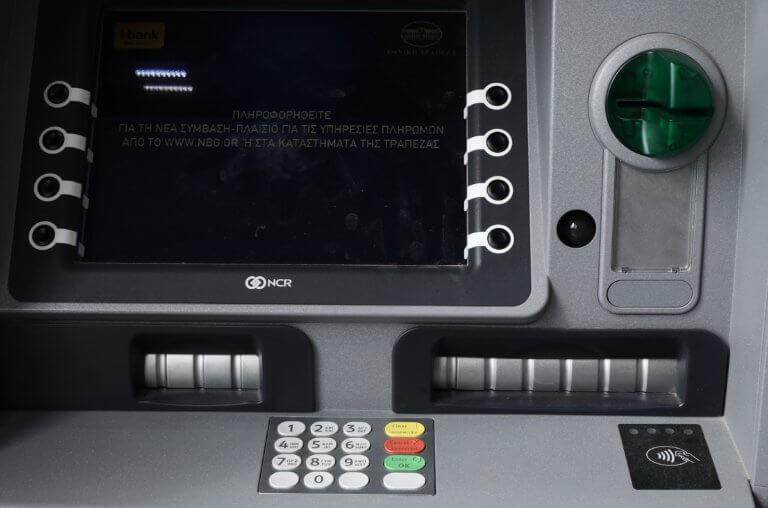 Αναλήψεις από ΑΤΜ: Αυτές είναι οι νέες τσουχτερές χρεώσεις που ισχύουν από τη Δευτέρα!