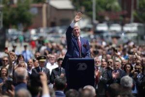 Κόσοβο – 20 χρόνια: Υποδέχονται σαν ήρωες Μπιλ Κλίντον και Μαντλίν Ολμπράιτ!