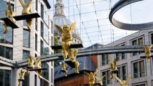 Απίστευτο! Χρυσοί άγγελοι «προσέχουν» τους διαβάτες, στο Λονδίνο!