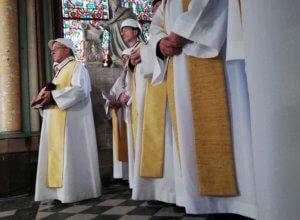 Παναγία των Παρισίων: Με κράνη ασφαλείας η πρώτη θεία λειτουργία μετά τη φωτιά! Video