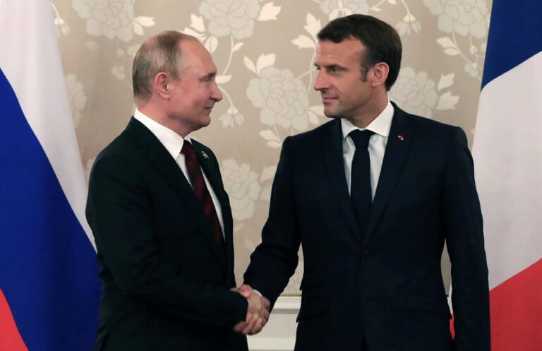 Με «γαλατική ευγένεια» αλλά αιχμηρός ο Μακρόν απέναντι στον Πούτιν