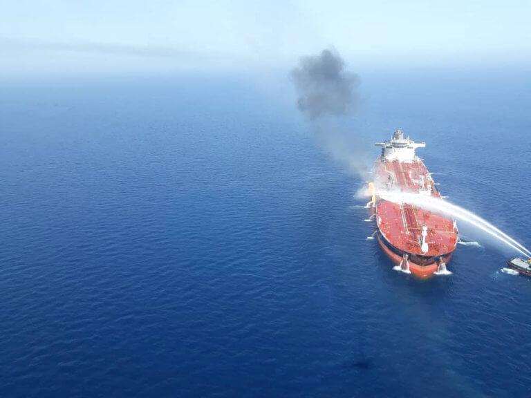 «Αυτοσυγκράτηση» ζητά η ΕΕ μετά τις επιθέσεις στα τάνκερ στον Κόλπο του Ομάν