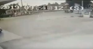 Τρίκαλα: Σοκαριστικό βίντεο από σύγκρουση ποδηλάτου με τρακτέρ!