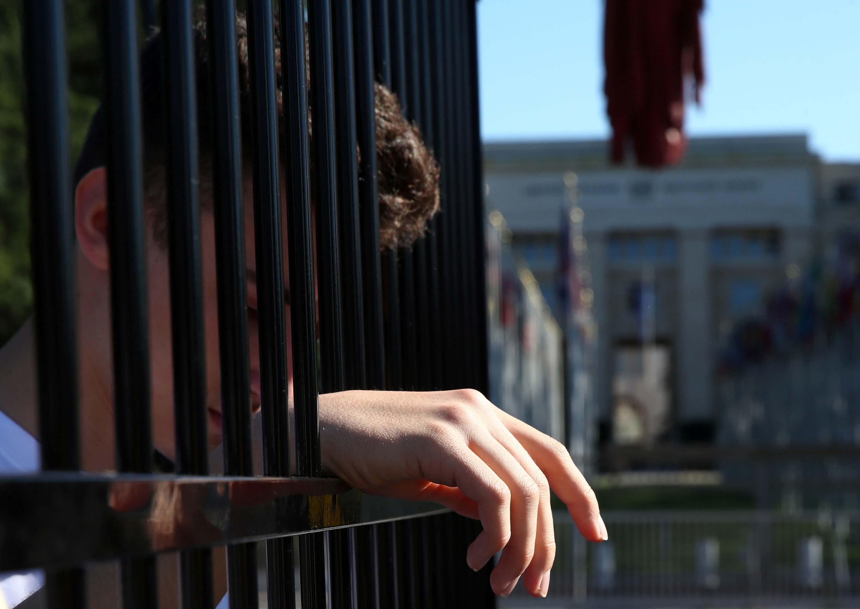 Ελβετία: Κλείστηκαν μόνοι τους σε κλουβιά για να διαμαρτυρηθούν για τον Ντόναλντ Τραμπ!
