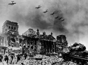 Βερολίνο: «Σουβενίρ» του Β' Παγκοσμίου Πολέμου 74 χρόνια μετά! Video