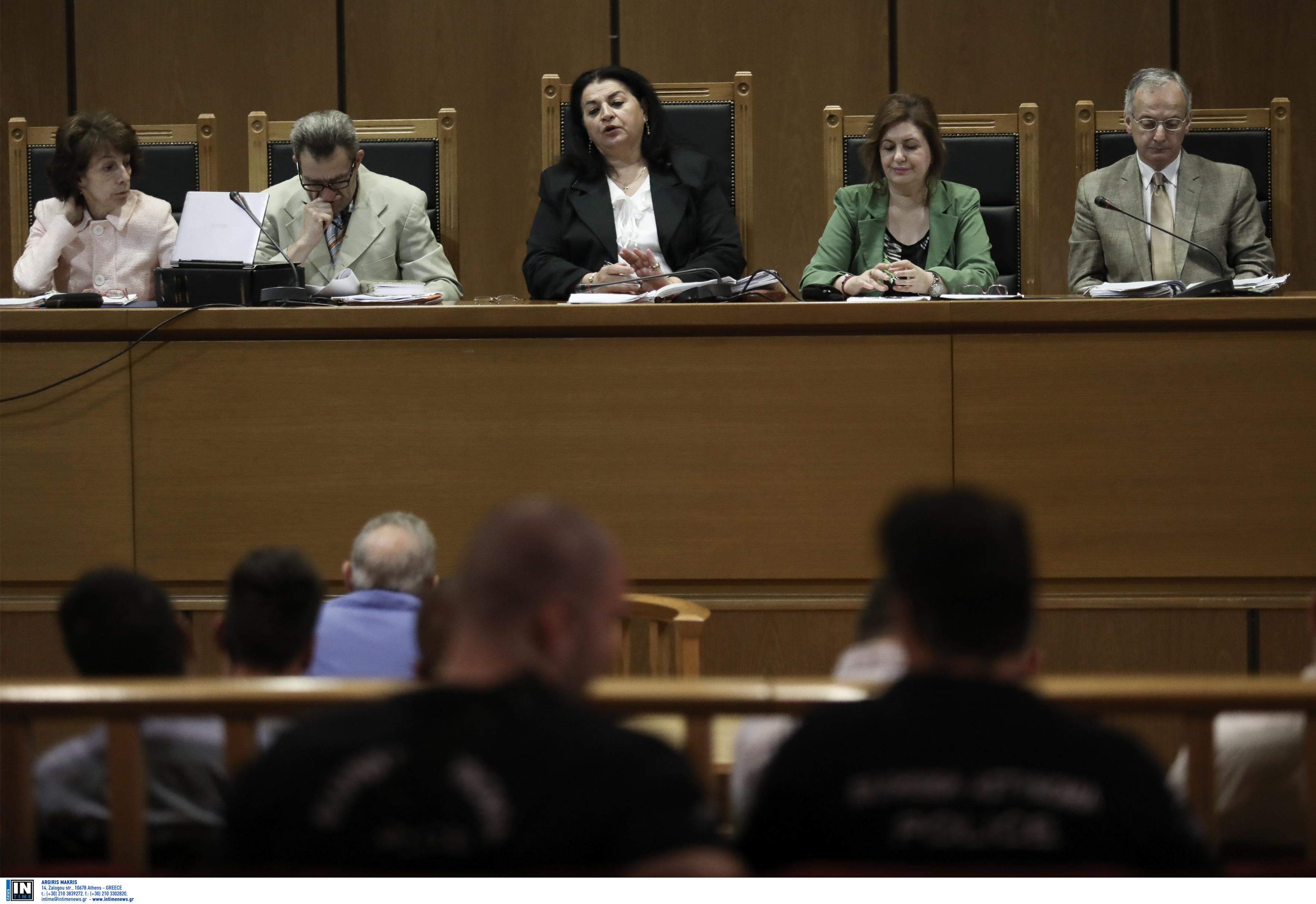 Δίκη Χρυσής Αυγής: «Θα καταθέσεις ό,τι σου πω αλλιώς θα σε σκοτώσουμε» - Καρφώνει την τοπική της Νίκαιας ο Δήμου