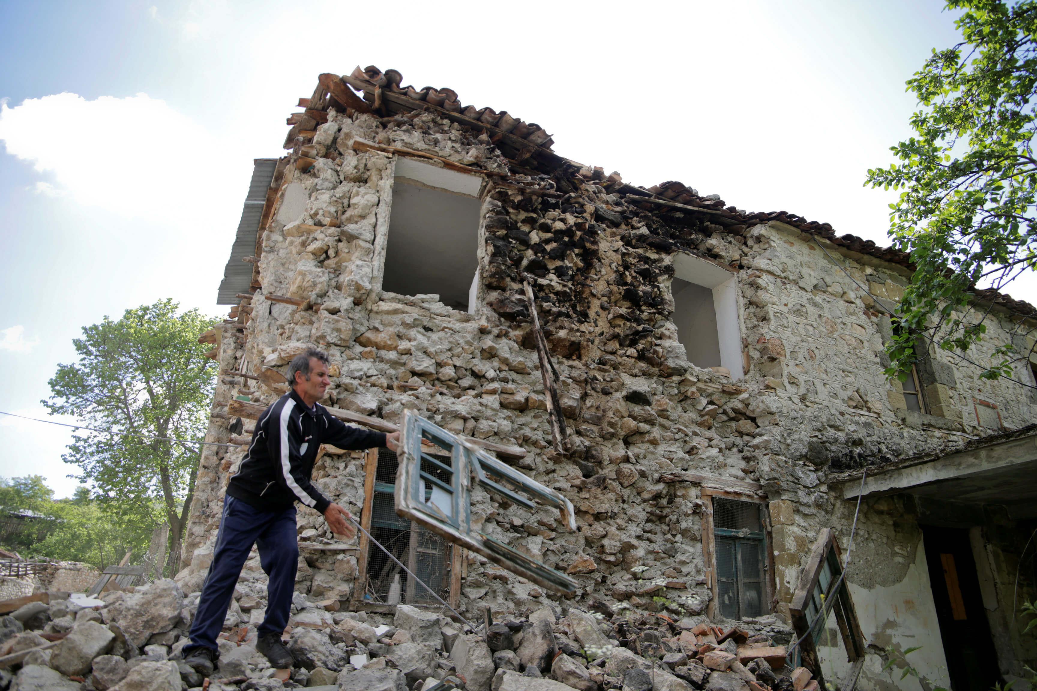 a614f88257 Σεισμός  4 τραυματίες και 100 σπίτια ρημαγμένα από τις δονήσεις στα ...