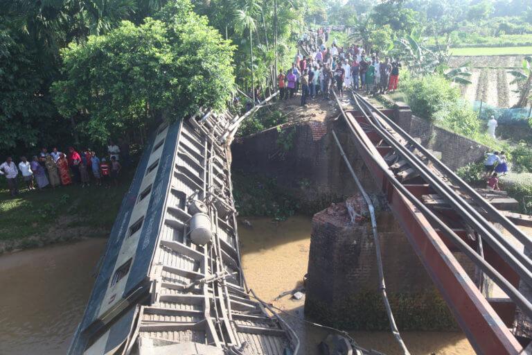 Μπανγκλαντές: 4 νεκροί και 100 τραυματίες από εκτροχιασμό τρένου