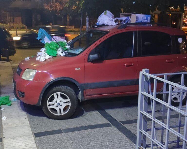 Θεσσαλονίκη: Πάρκαρε σε πεζοδρόμιο και όταν επέστρεψε στο αυτοκίνητο είδε αυτές τις εικόνες [pics]