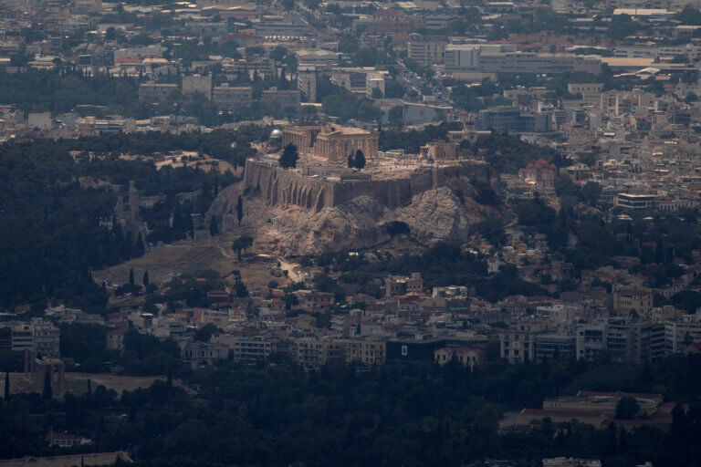 Reuters: Η κλιματική αλλαγή «σκοτώνει» την Ακρόπολη και τα άλλα αρχαία μνημεία!