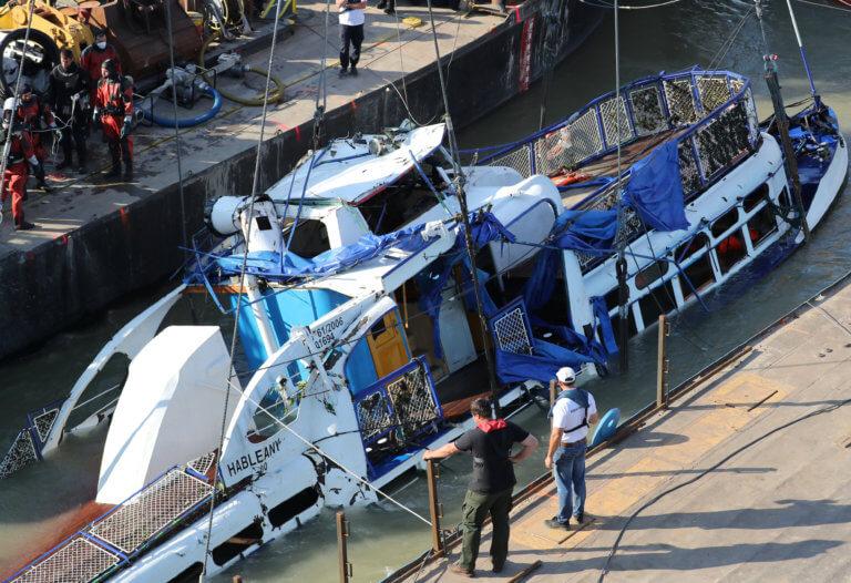Ουγγαρία: Ξεκίνησε η ανέλκυση του πλοίου που βυθίστηκε στον Δούναβη [pics]