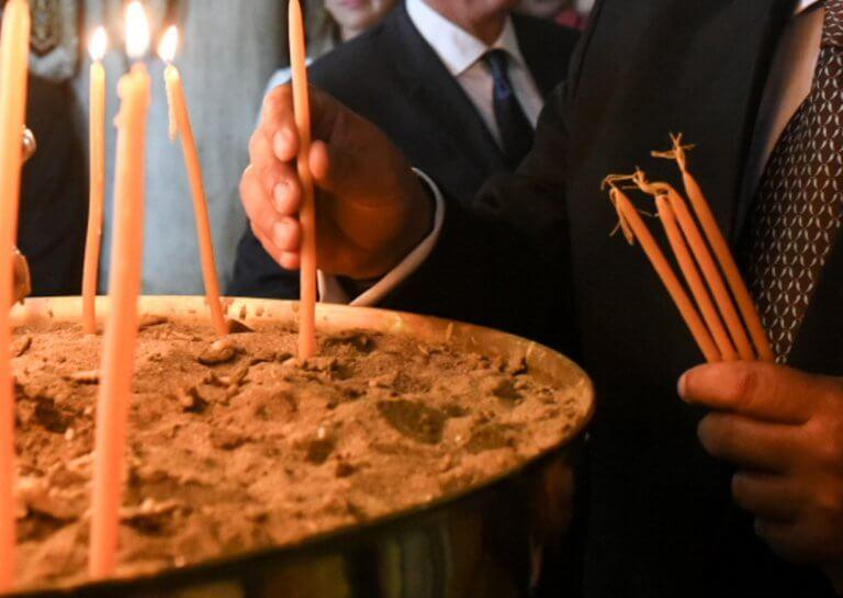 Χίος: Απάντησε ο ιερέας που πέταξε κέρματα σε βουλευτή του ΣΥΡΙΖΑ μέσα στην εκκλησία!