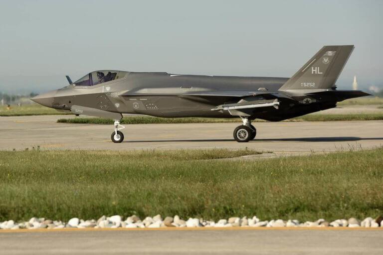 Σε ποια χώρα θέλει ο Τραμπ «διακαώς» να πουλήσει τα stealth μαχητικά F-35;
