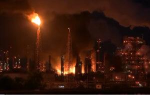 Φιλαδέλφεια: Μαίνεται η μεγάλη φωτιά σε διυλιστήριο – 4 τραυματίες – video