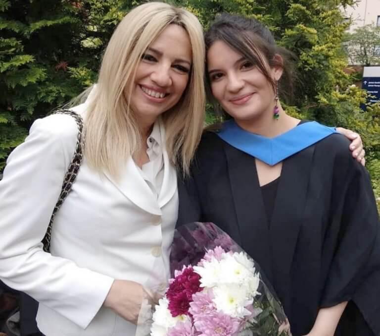 Φώφη Γεννηματά: Περήφανη μαμά δίπλα στην… πτυχιούχο κόρη της!