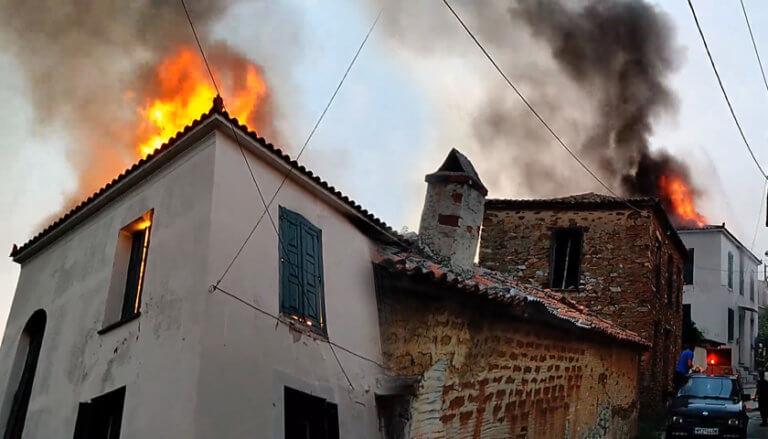 Λέσβος: Κάηκε ολοσχερώς σπίτι στον Παλαιόκηπο – video