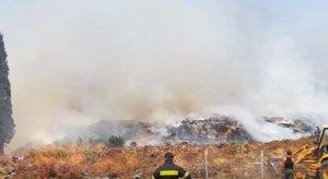Φωτιά στο Λαύριο: Υπό μερικό έλεγχο η πυρκαγιά – Τι δυσχεραίνει το έργο των πυροσβεστών