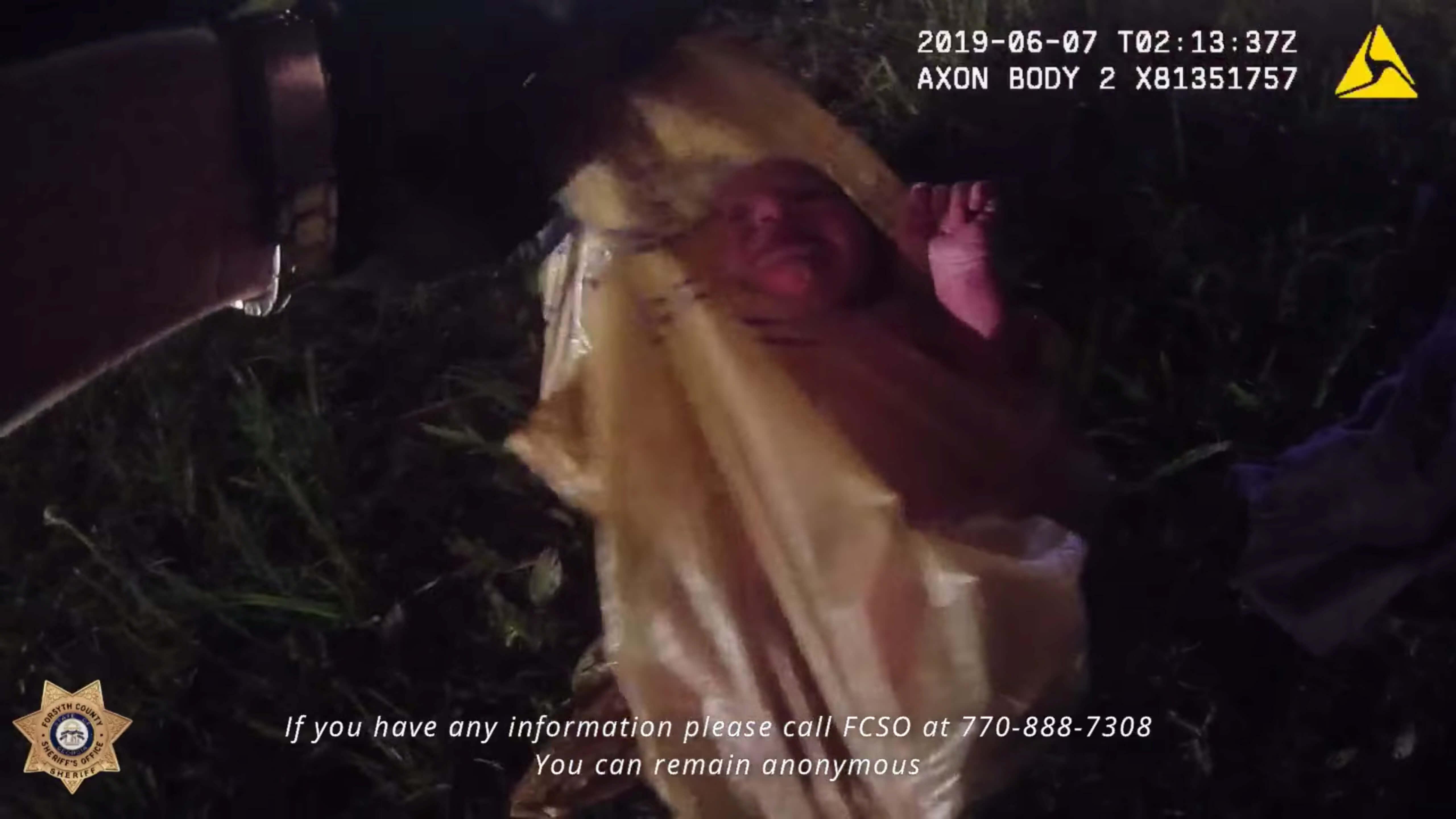 Έβαλαν ζωντανό βρέφος σε σακούλα και το πέταξαν στην άκρη του δρόμου – Συγκλονιστικό video από τη στιγμή της διάσωσης!