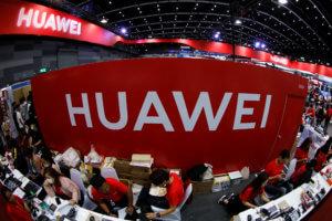 """Η Huawei """"πολύ κοντά"""" στην Κίνα για να την εμπιστευθούμε λέει ο Αμερικανός υπουργός Άμυνας"""