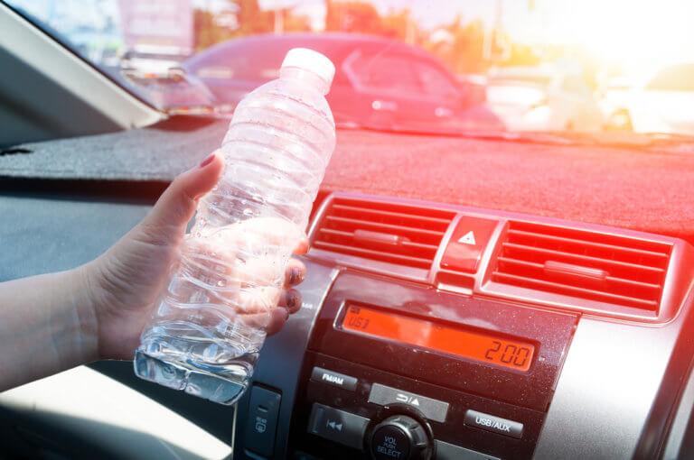 Τι μπορεί να συμβεί αν αφήνετε πλαστικά μπουκαλάκια με νερό στον ήλιο και την ζέστη – Κίνδυνος υγείας!