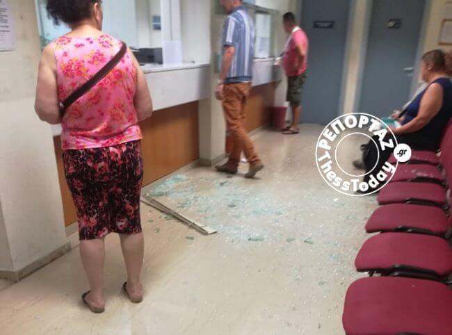 Θεσσαλονίκη: Πολίτης τα έκανε γυαλιά – καρφιά στο ΙΚΑ! [pic]