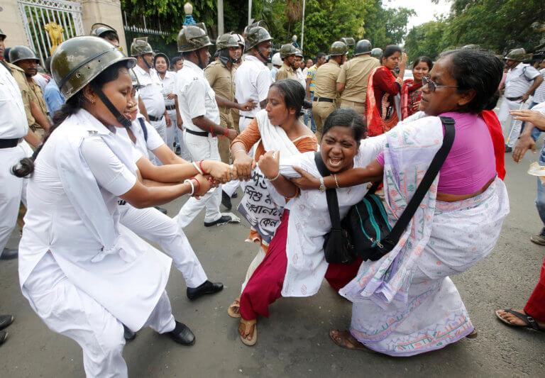 Ινδία: Ξύρισαν το κεφάλι μητέρας και κόρης διότι αντιστάθηκαν σε βιασμό