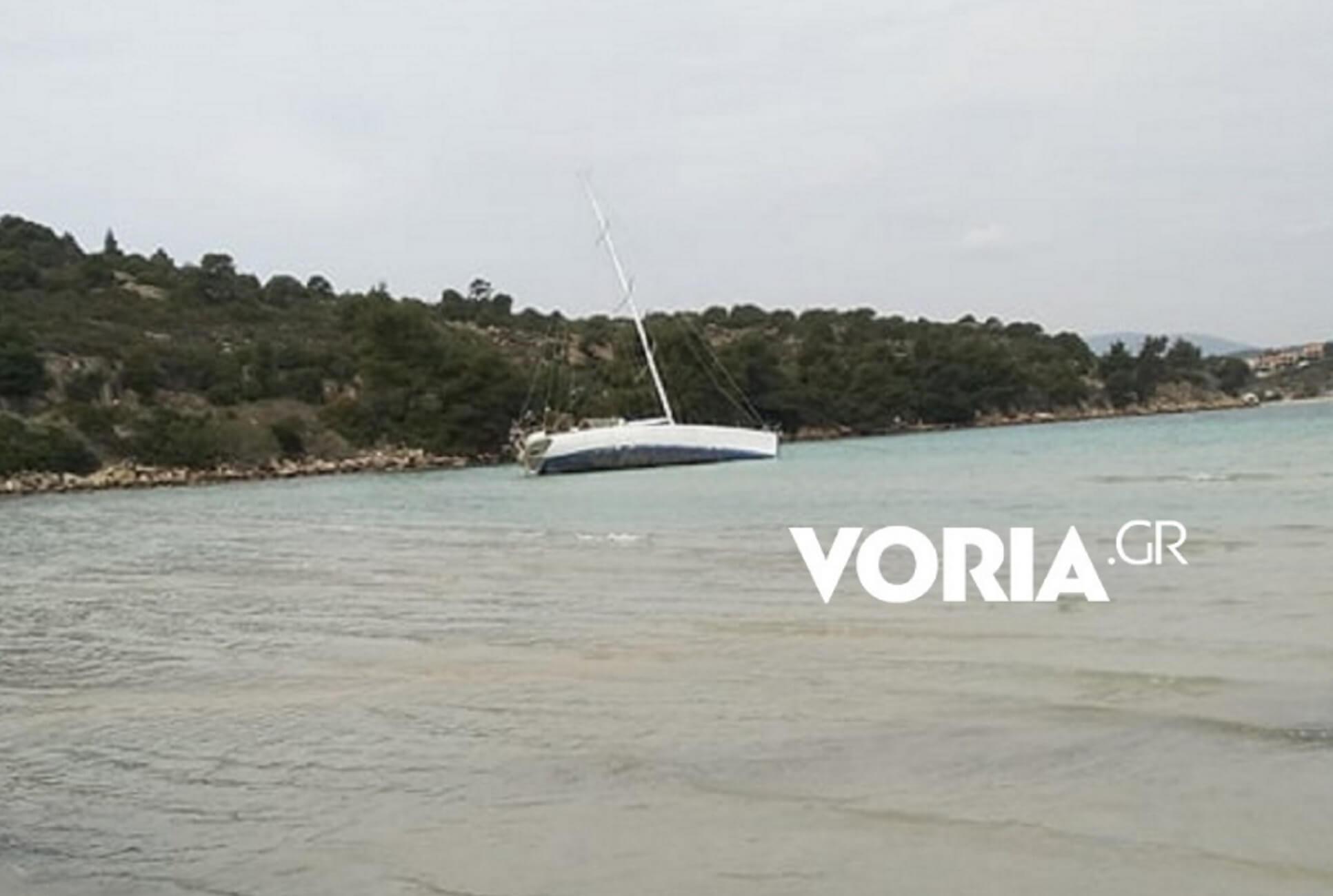 Χαλκιδική: Η άγνωστη ιστορία του ημιβυθισμένου ιστιοφόρου σε παραλία – Ο έλεγχος και ο πλειστηριασμός!