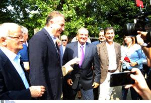 Εκλογές 2019: Χαμογελαστός αλλά αμίλητος ο Κώστας Καραμανλής – Τα νοήματα και οι αλλαγές στη συνοδεία του – video