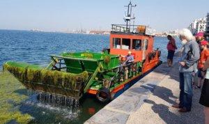 Δύο σκάφη καθαρίζουν από το πρωί την επιφάνεια του Θερμαϊκού