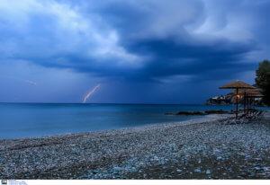 Καιρός – Αττική: 60 χιλιοστά βροχής σε μια ώρα και 680 κεραυνοί!