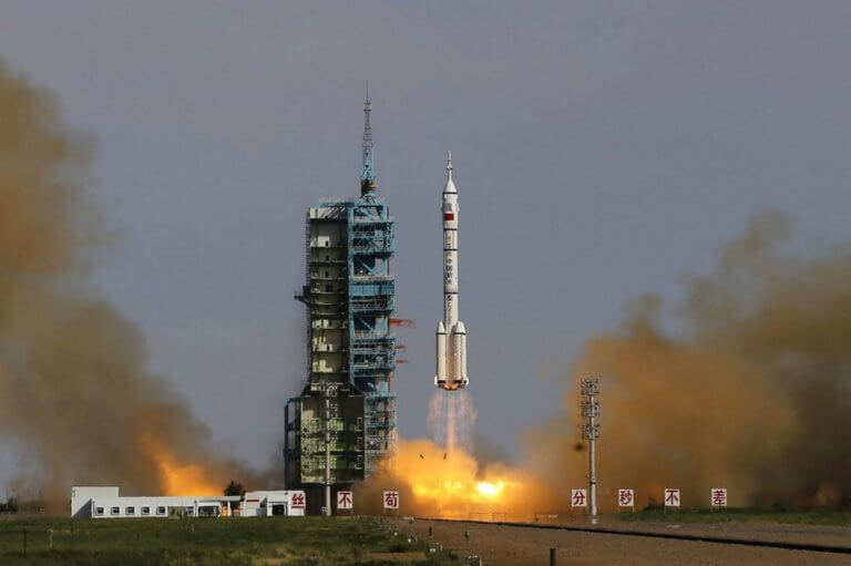 Κίνα: Εκτόξευσε πύραυλο με δορυφόρους για πρώτη φορά από πλωτή εξέδρα [video]
