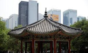 Νότια Κορέα: Έριξε αυτοκίνητο γεμάτο γκαζάκια στην πρεσβεία των ΗΠΑ!