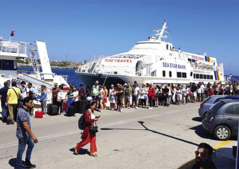 Ρόδος: Μετά το αεροδρόμιο εικόνες ντροπής και στο λιμάνι – Τουρίστες «ψήθηκαν» από την ορθοστασία!