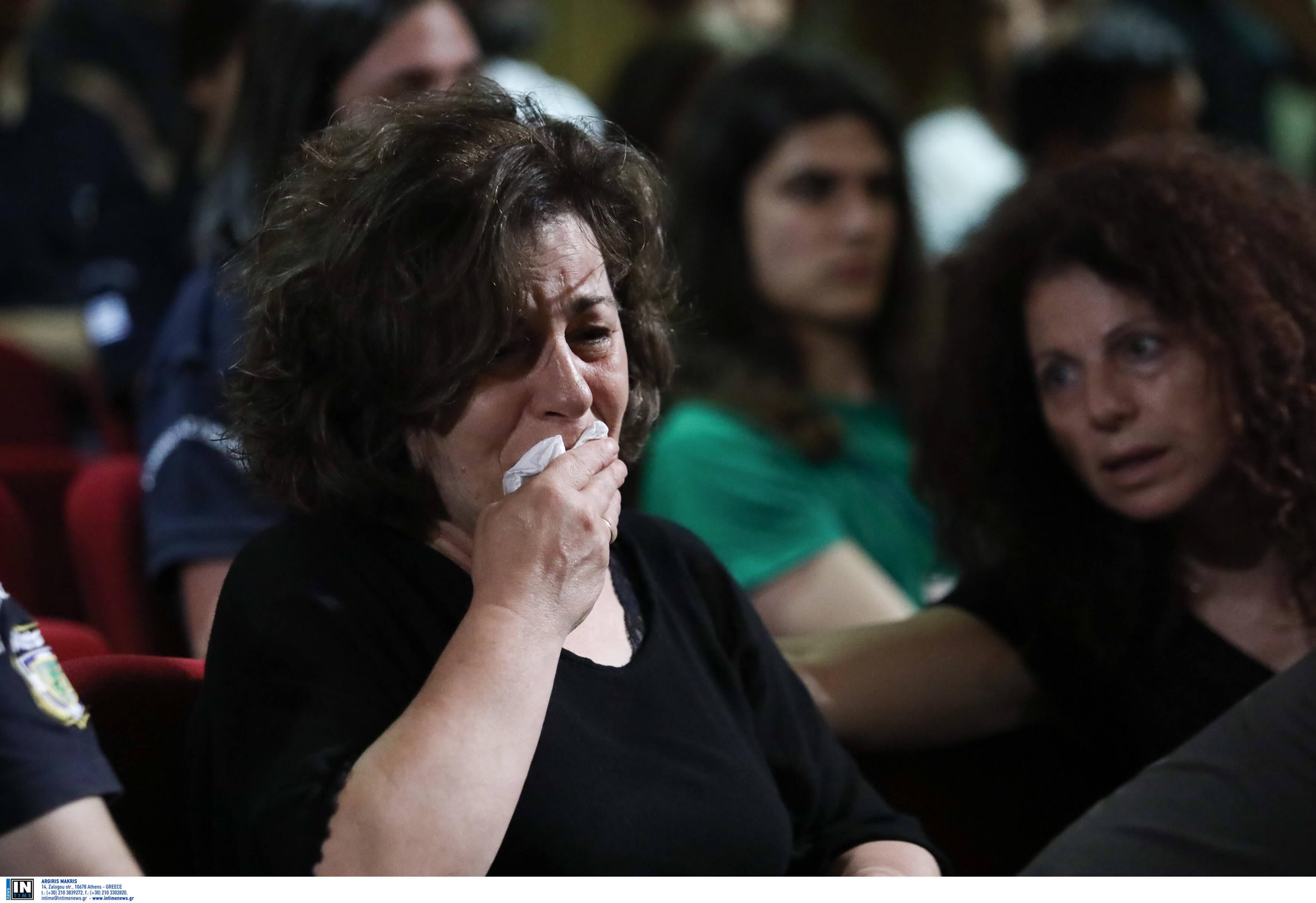 Κατέρρευσε η μητέρα του Παύλου Φύσσα μόλις είδε τον Ρουπακιά στο δικαστήριο
