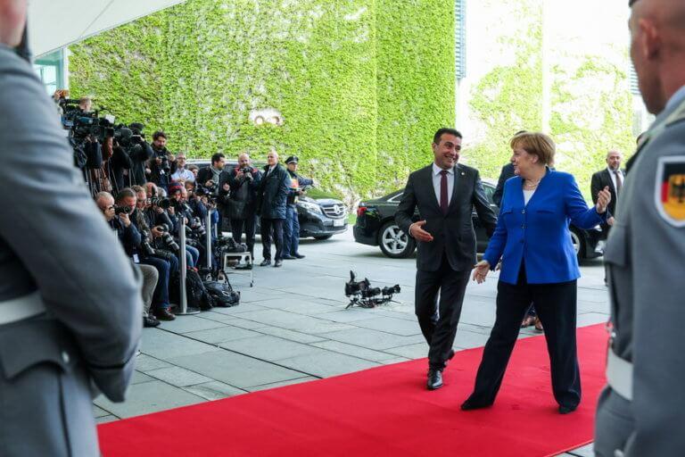 Συνάντηση Μέρκελ – Ζάεφ με «κύριο πιάτο» την ένταξη της Βόρειας Μακεδονίας στην ΕΕ