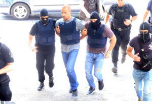 Εικόνες από τη μεταφορά των συλληφθέντων για τη ληστεία στο ΑΧΕΠΑ