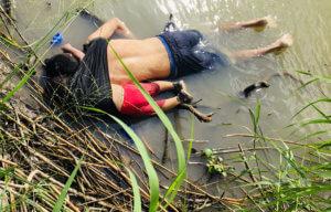 Η σοκαριστική φωτογραφία στα σύνορα ΗΠΑ – Μεξικού: Πατέρας και κόρη πνίγηκαν αγκαλιασμένοι