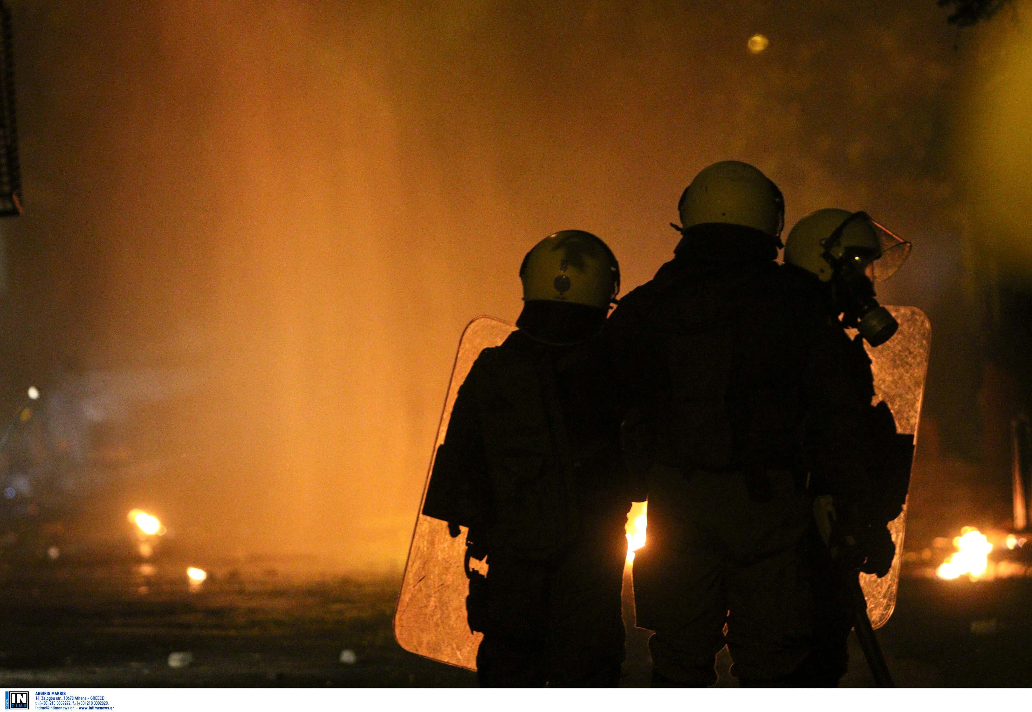 Πεδίο μάχης τα Εξάρχεια! Μπαράζ επιθέσεων με μολότοφ κατά των ΜΑΤ