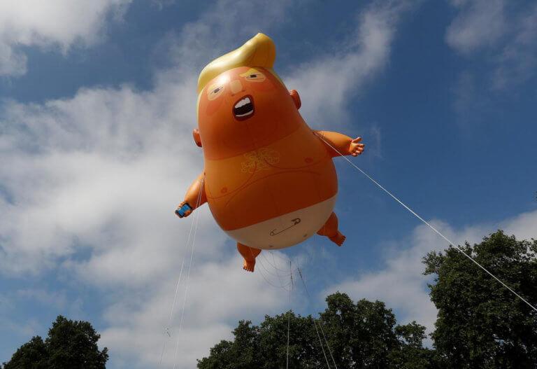Λονδίνο: Ξανά στους ουρανούς το… «μωρό» Τραμπ [pics]