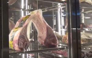 Μύκονος: Αυτό είναι το εκπληκτικό εστιατόριο με τις «χρυσές» μπριζόλες – O Salt Bae και οι επώνυμοι καλεσμένοι του – video