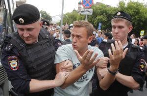 Ρωσία: Συλλήψεις ακόμη και πολιτικών επειδή… διαδήλωναν υπέρ του δημοσιογράφου Γκολουνόφ