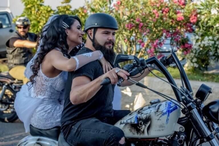 Ηράκλειο: Η νύφη έφτασε στην εκκλησία πάνω σε Harley [video, pics]