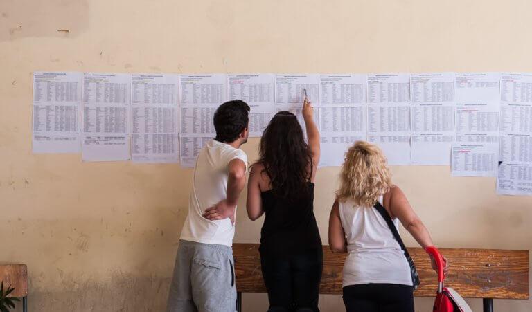 Ανακοινώθηκαν επίσημα τα αποτελέσματα των Πανελλαδικών Εξετάσεων – Αναλυτικά όλες οι βάσεις