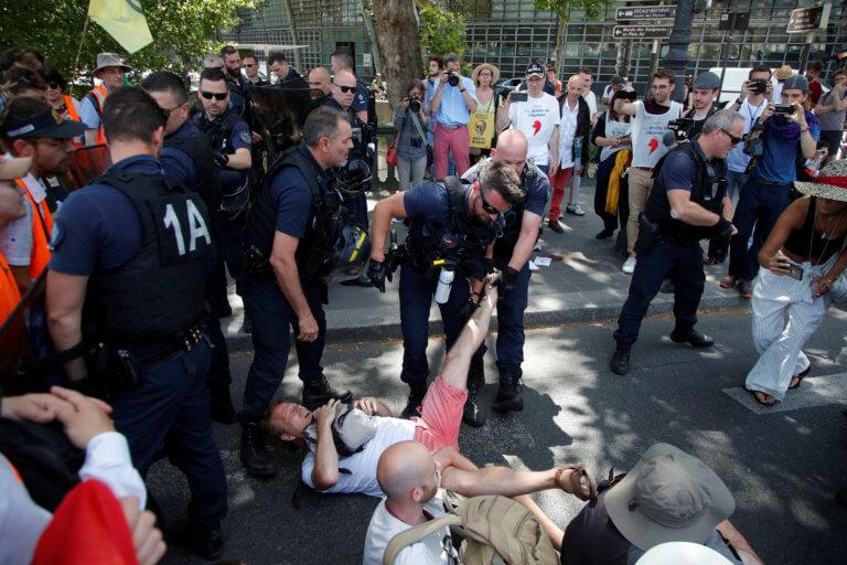 Γαλλία: Συγκρούσεις ακτιβιστών υπέρ του κλίματος με την αστυνομία [video, pics]