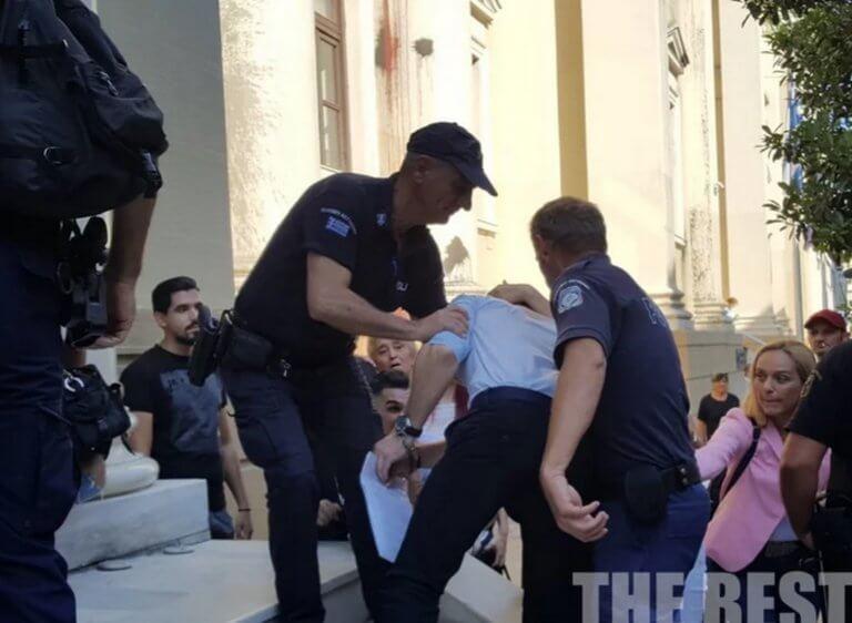 Πάτρα: Συγκλονιστικές σκηνές στα δικαστήρια κατά την άφιξη του πατροκτόνου της Ζακύνθου – «Εσείς να μην στεναχωριέστε»!