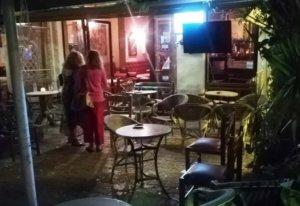 Πάτρα: Χούλιγκαν έκαναν το κατάστημα καλοκαιρινό – Μολότοφ, ζημιές και ένας τραυματίας [pics, video]