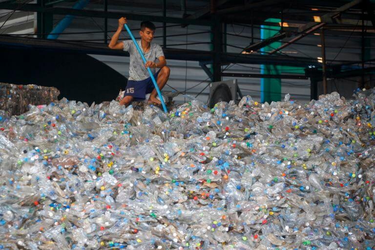 Απίστευτο: Μέχρι 121.000 πλαστικά σωματίδια τον χρόνο «τρώει» ο μέσος άνθρωπος