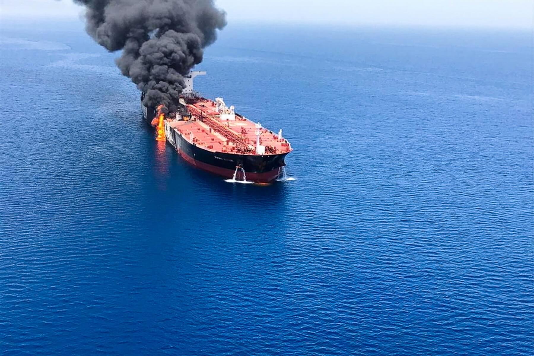 Σοκάρουν οι εικόνες από το φλεγόμενο τάνκερ στον Κόλπο του Ομάν - Παγκόσμια ανησυχία μετά τις επιθέσεις στα δυο δεξαμενόπλοια